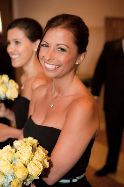 brides-made-smiling-church-flowers-sitting_mg_0595